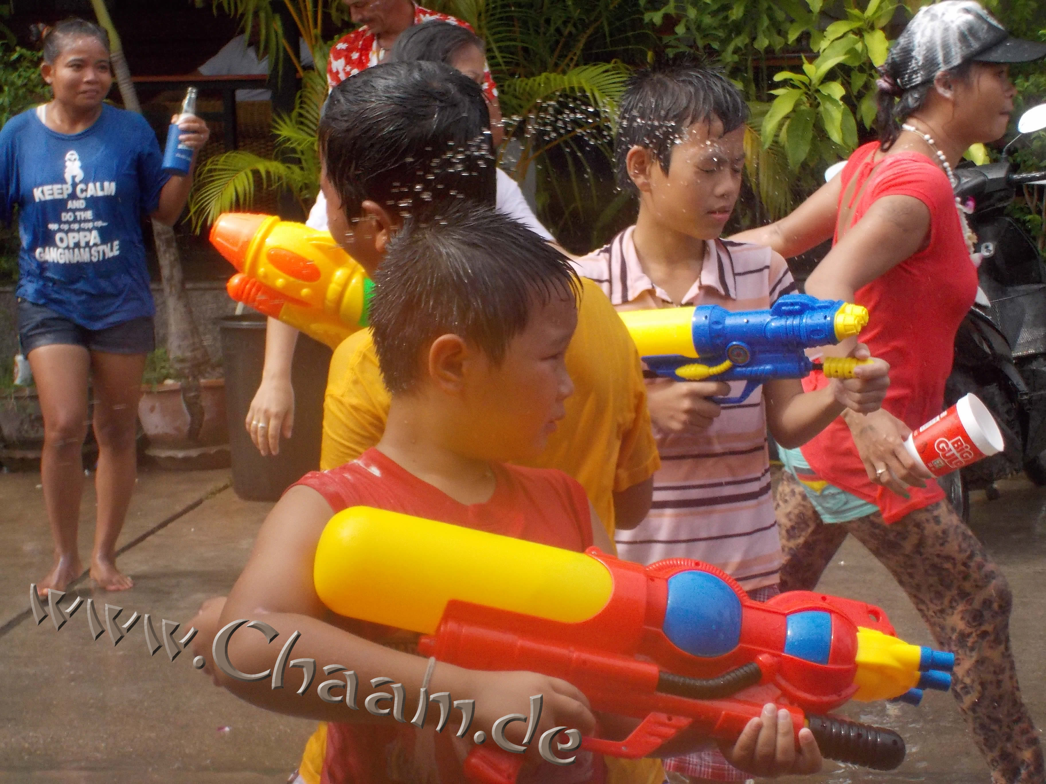 Kinder Songkran in Soi Bus Station